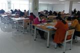 正在安静自习的同学们