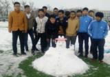 学生雪中嬉戏